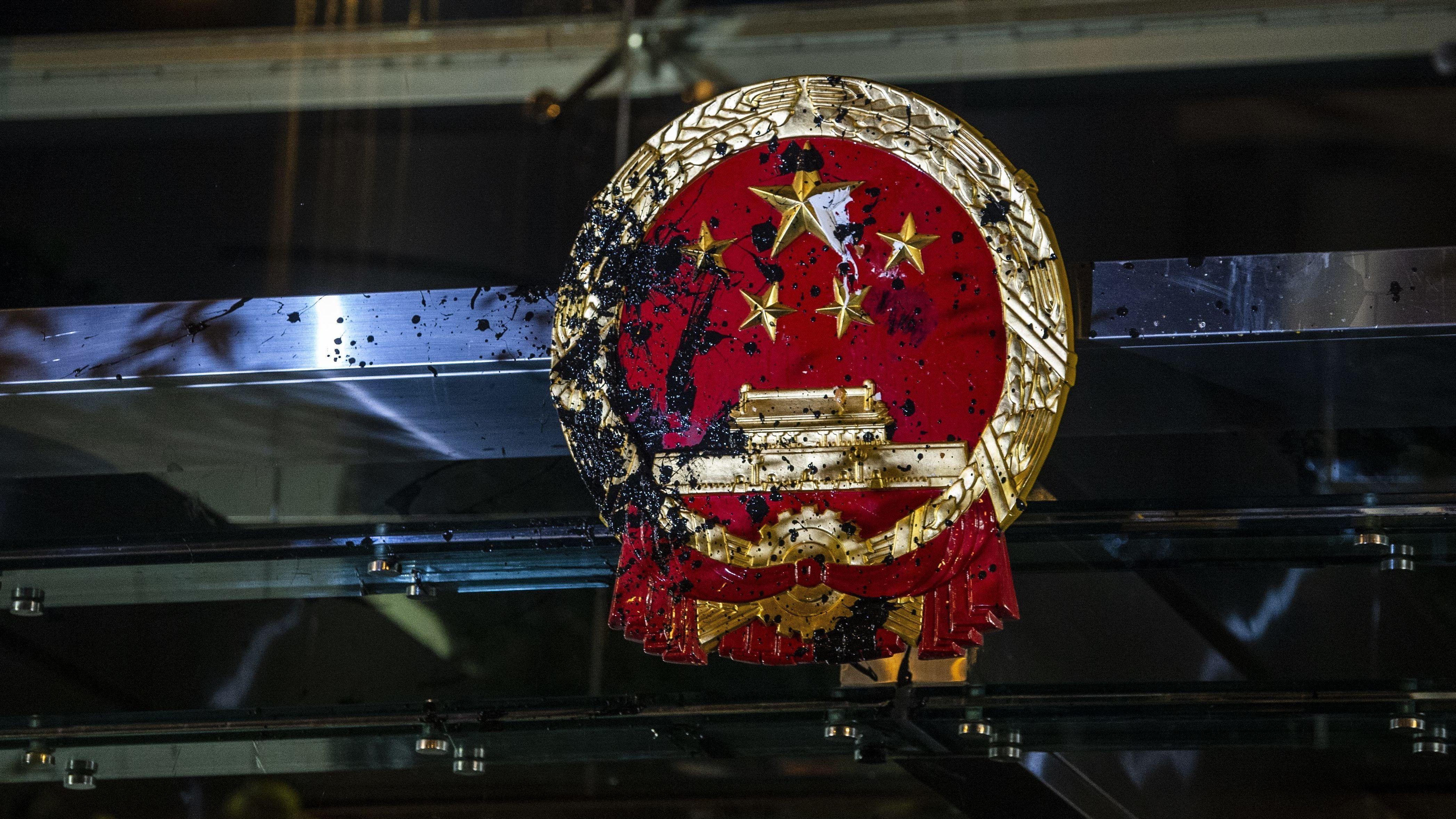 Das verschmutzte Wappen an der chinesischen Vertretung in Hongkong