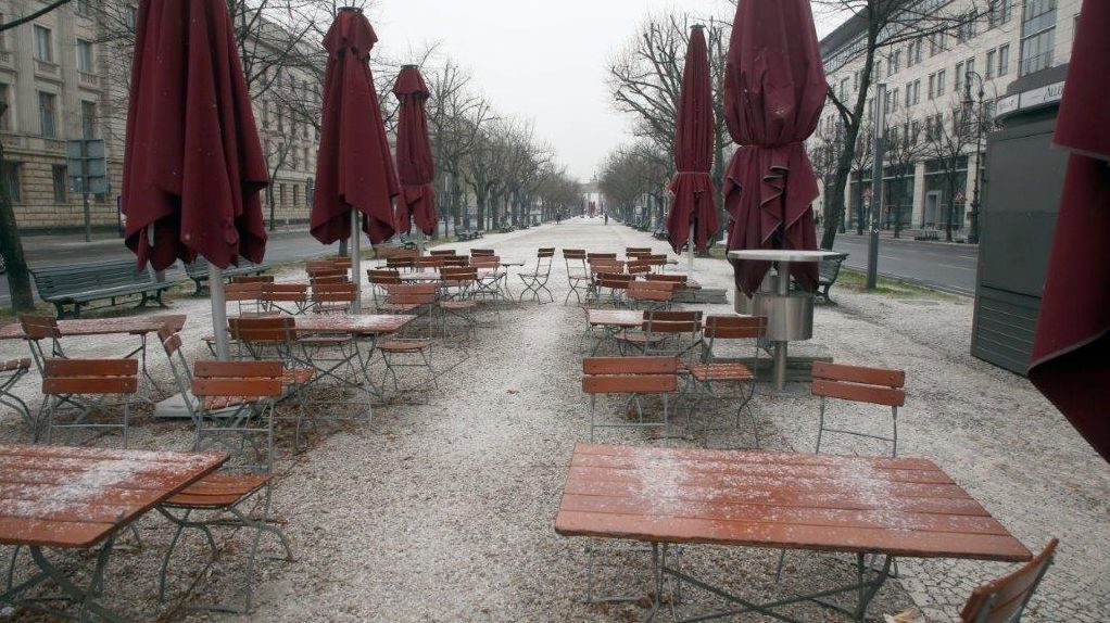 Die verschneite Terrasse eines leeren Restaurants.