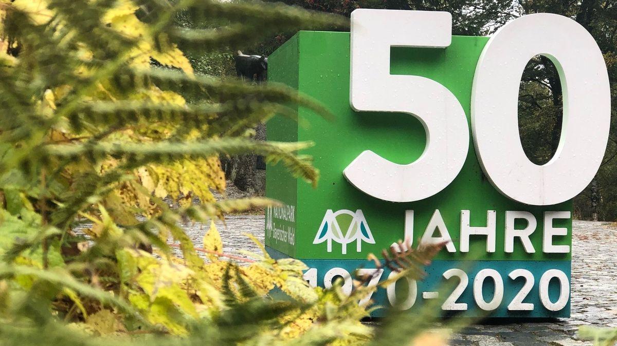 """Ein Würfel mit der Aufschrift """"50 Jahre"""" vor dem Hans-Eisenmann-Haus in Neuschönau"""