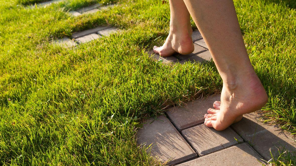 Hornhaut an den Füßen hat viele Vorteile. Schuhe sollten deshalb am besten unserer Hornhaut nachempfunden sein.