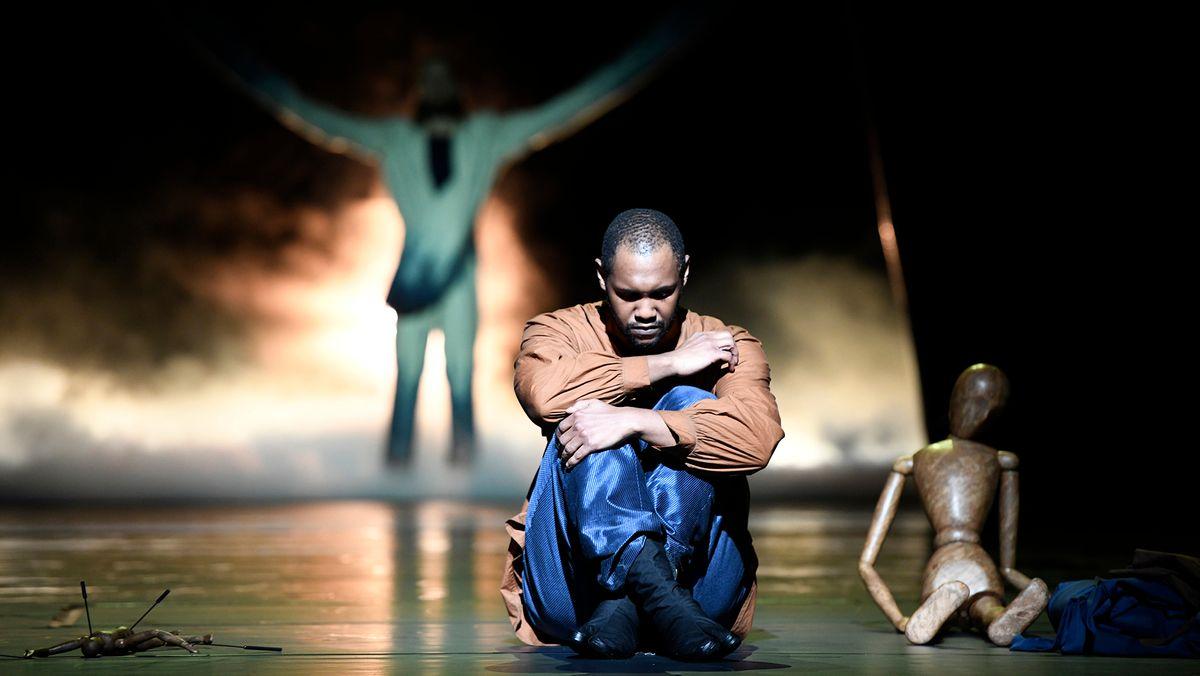 Im Himmel keine Emotionen: Tenor sitzt am Bühnenrand