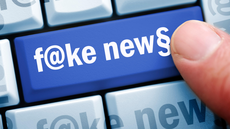 Fake News-Schriftzug auf einer Computertaste