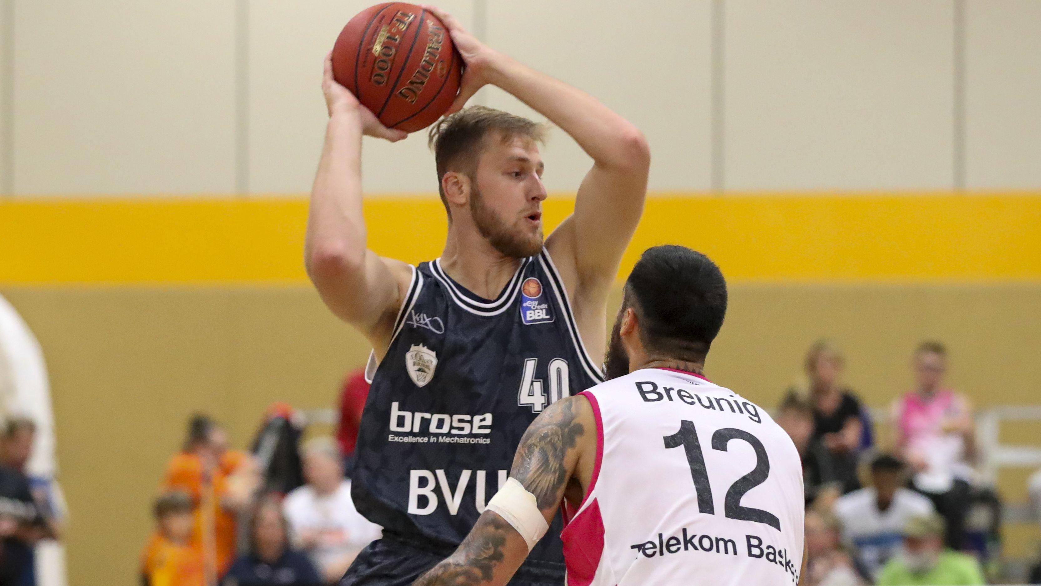 Neuzugang Luke Fischer (mit Ball) im Test gegen Bonn