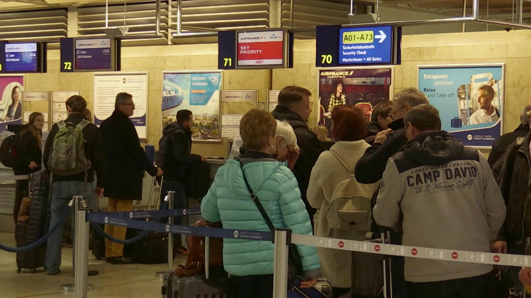 Wartende Passagiere am Flughafen Nürnberg