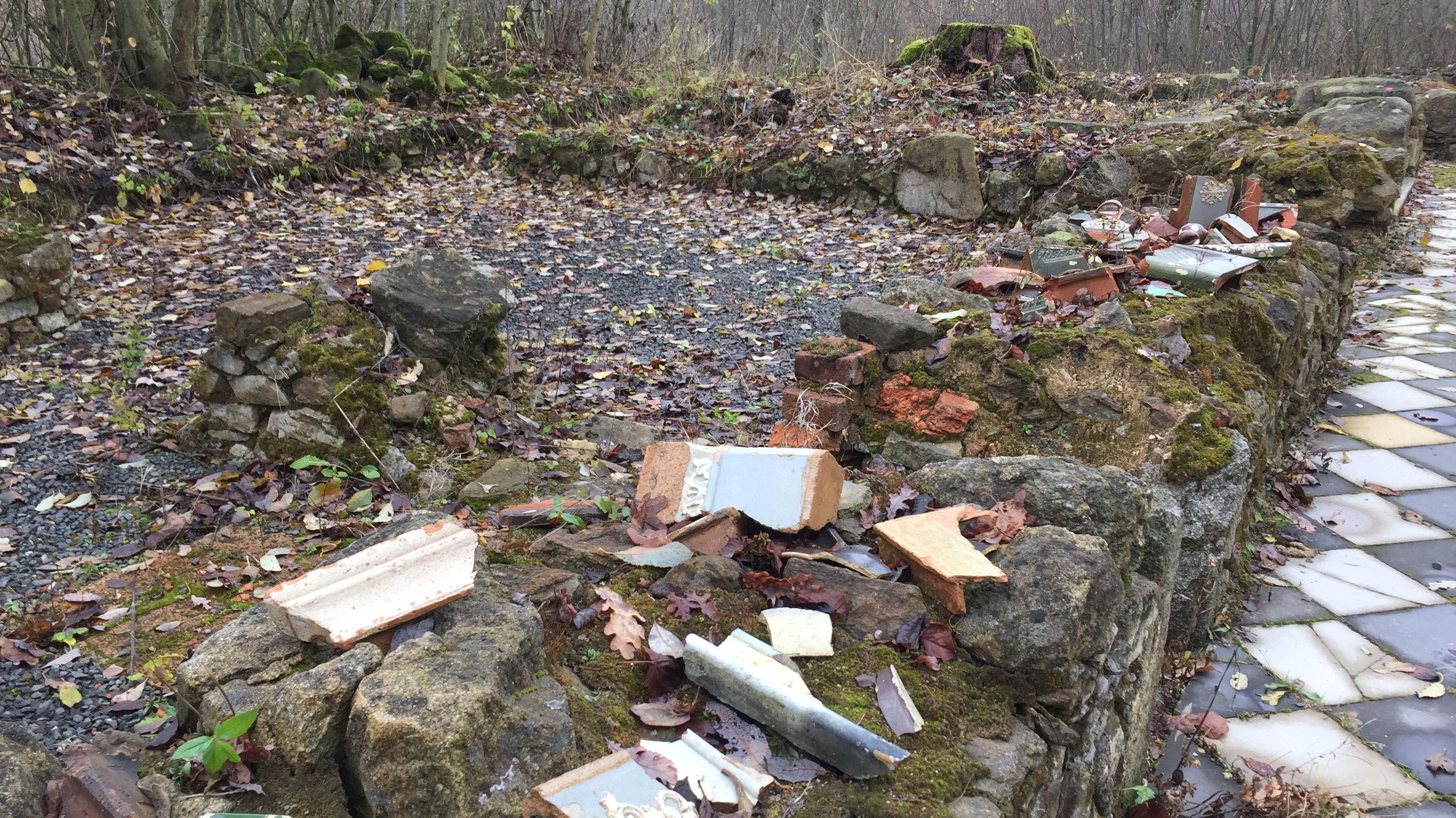 Alte Scherben und Mauerfragmente wurden bei den Grabungen freigelegt.