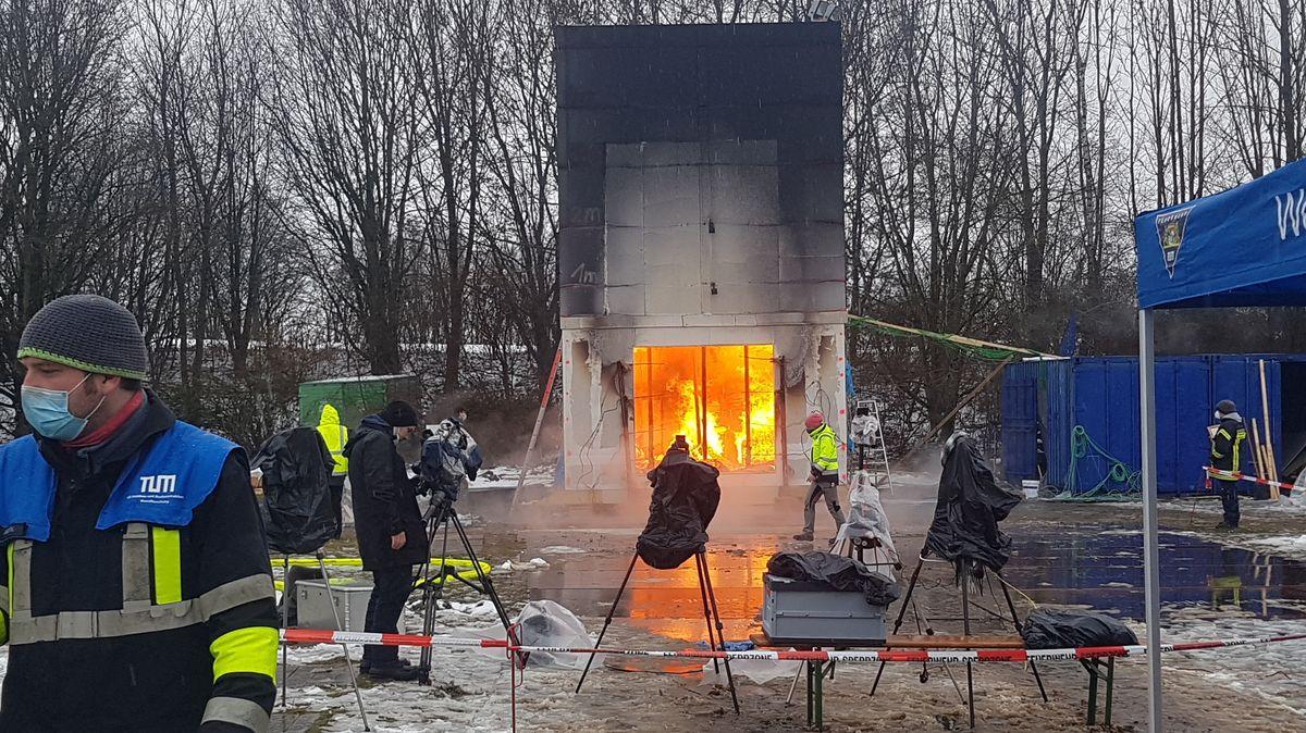 """Ein brennendes """"Wohnzimmer"""" auf dem Forschungscampus der TU München in Garching."""