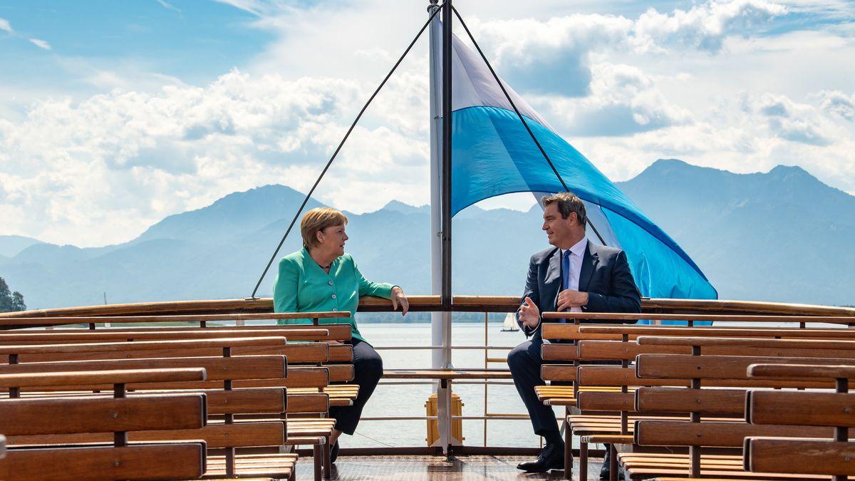 Angela Merkel und Markus Söder unterhalten sich bei einer Schifffahrt auf dem Chiemsee im Sommer