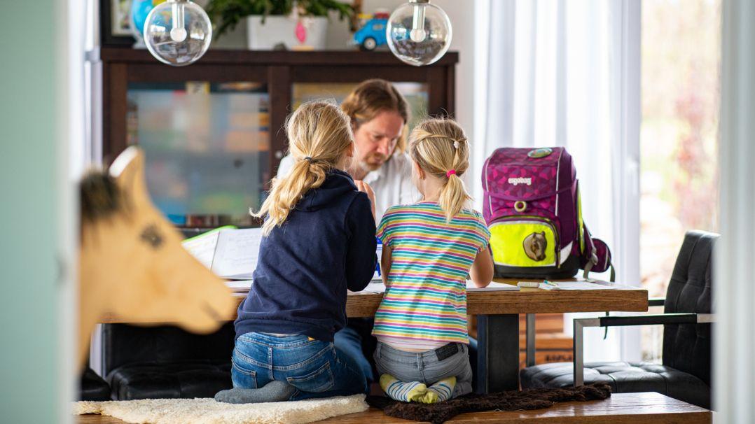 Kinder daheim beim Lernen