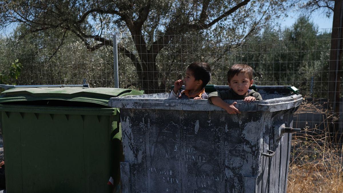 Spielende Kinder am 10. September 2020 in der Nähe des abgebrannten Flüchtlingslagers Moria auf Lesbos.