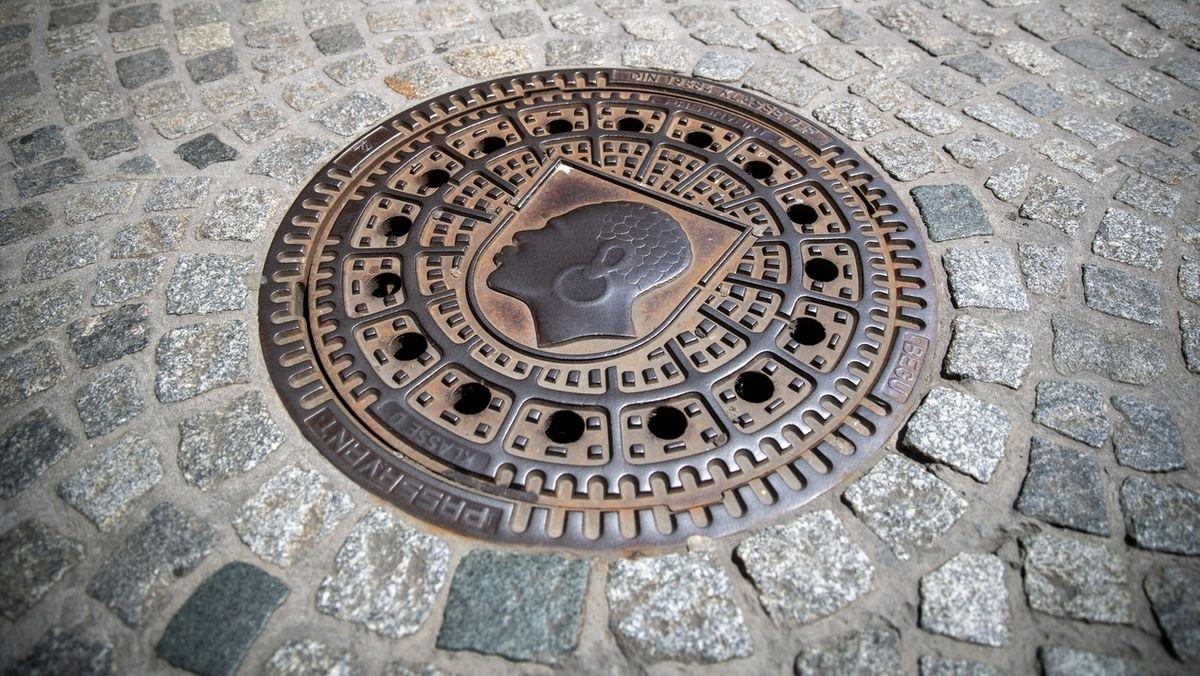Der Coburger Mohr ziert einen Kanaldeckel in der Innenstadt.