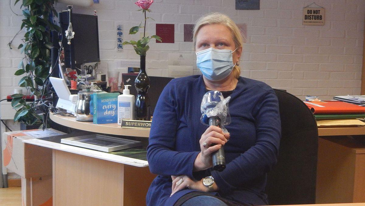 Die Fernsehdirektorin Natalija Gorščak beim Interview in ihrem Büro. Sie hält dabei ein Mikrofon der ARD in der Hand.