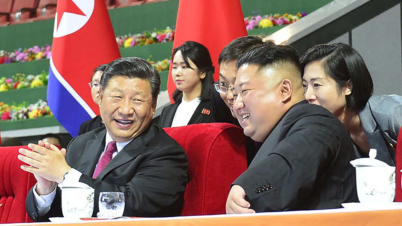 20.06.2019, Nordkorea, Pjöngjang: Xi Jinping (l) und Kim Jong Un im May Day Stadion - Foto von nordkoreanischer Regierung zu Verfügung gestellt