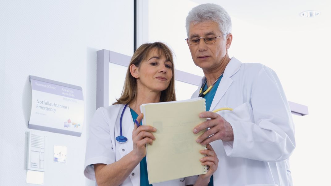 Arzt und Ärztin im Gespräch (Symbolbild)