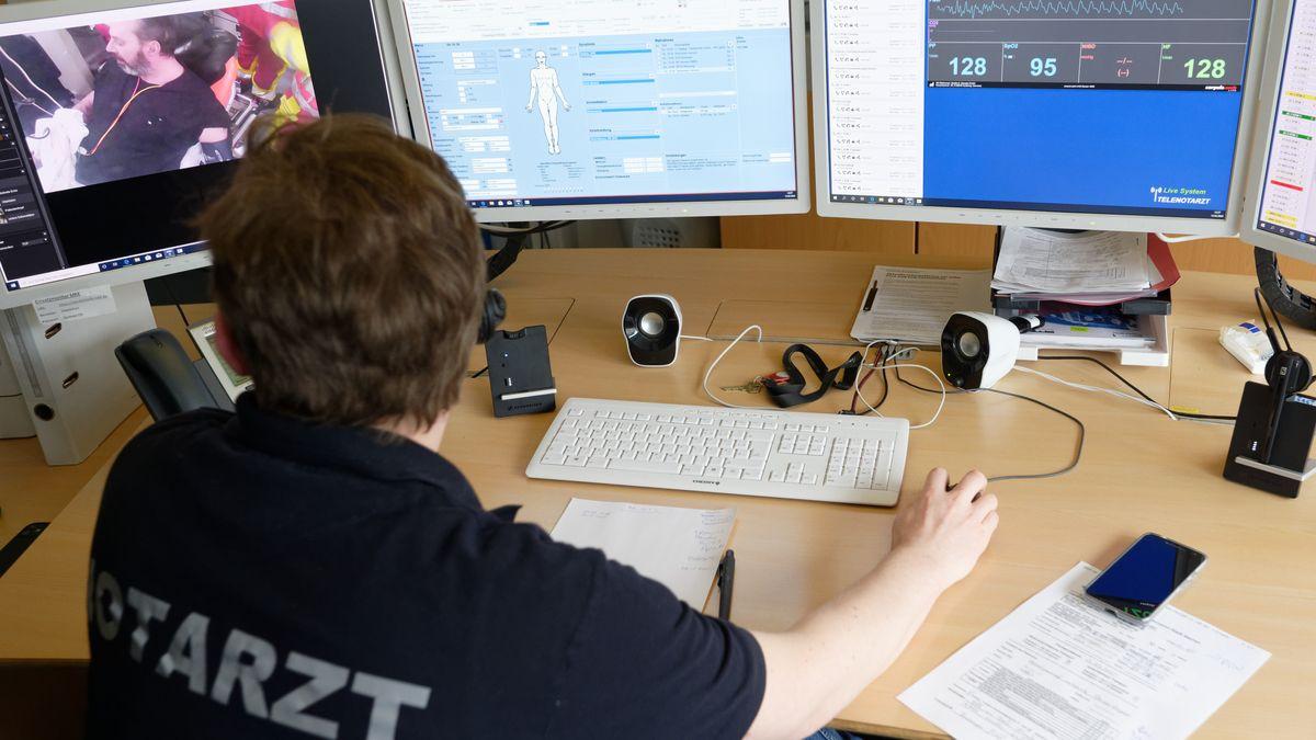 Ein Telenotarzt sitzt an seinem Arbeitsplatz