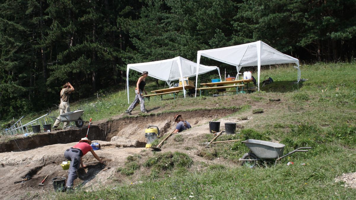 Ausgrabungsort Kupfermine mit arbeitenden Forschern