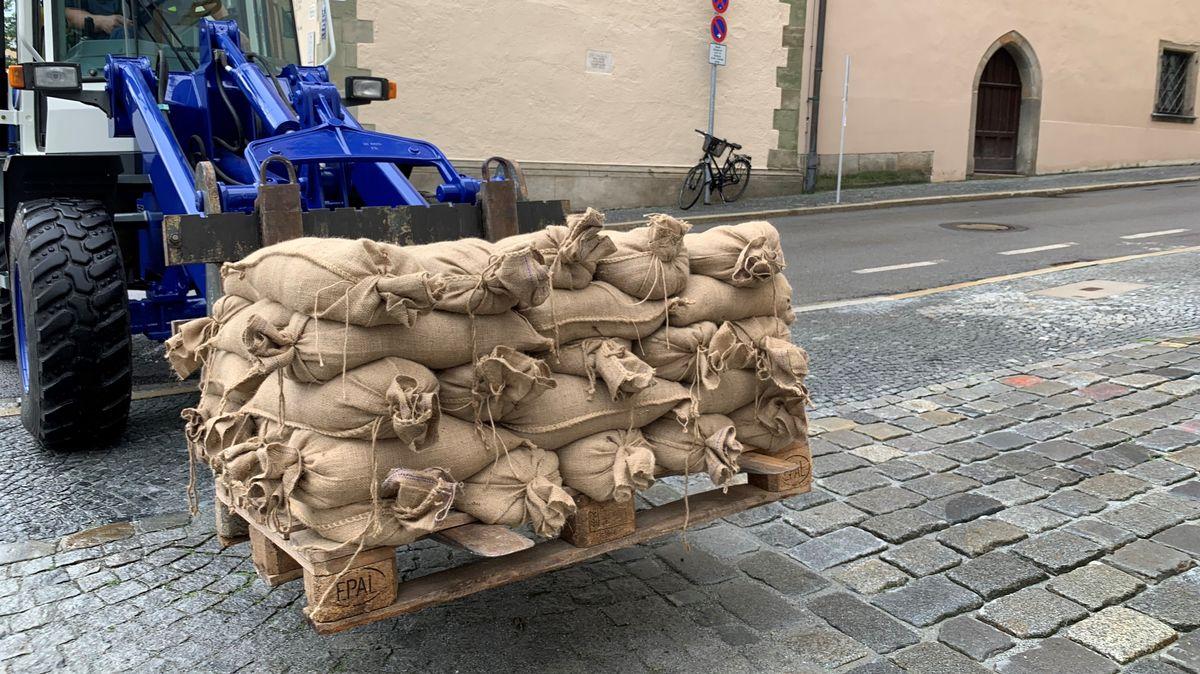 In der Passauer Altstadt werden Sandsäcke verteilt