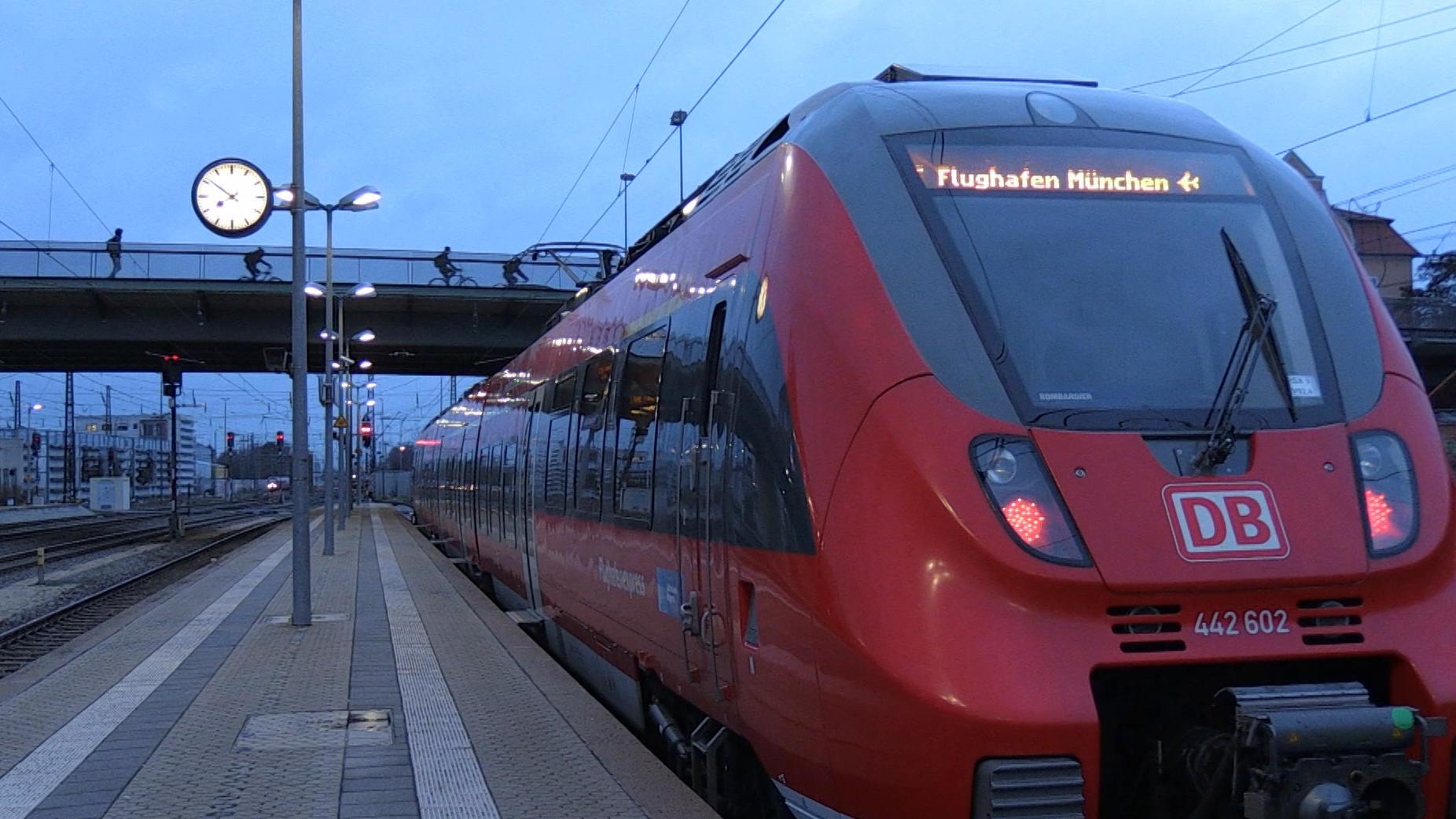 Der neue Flughafenexpress am Bahnsteig in Regensburg