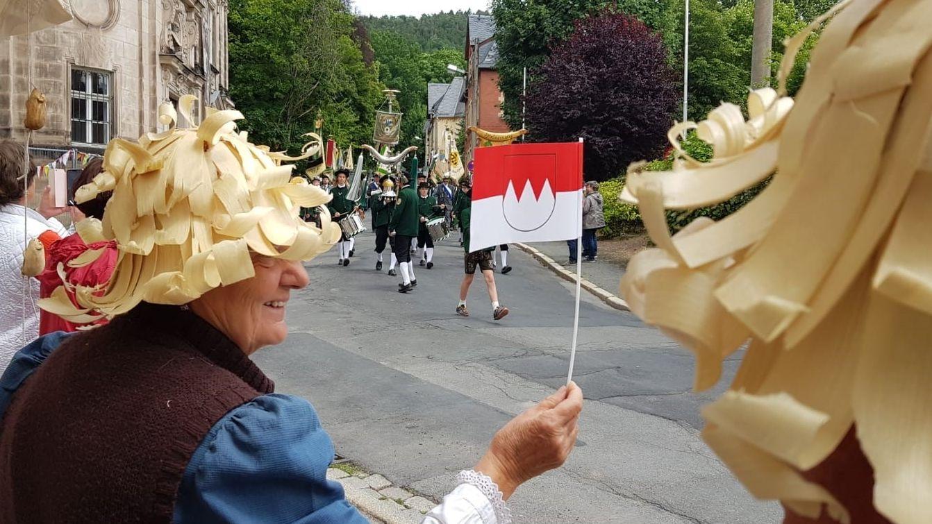 """""""Geschmückte"""" Zuschauerin beim Schützenumzug zum Tag der Franken"""