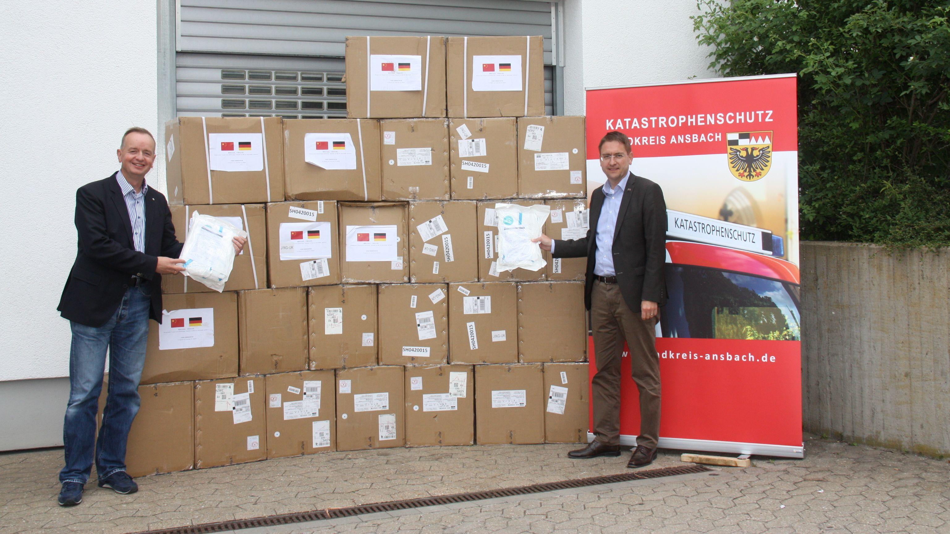 Oberbürgermeister der Stadt Ansbach, Thomas Deffner (CSU) und Landrat Jürgen Ludwig (CSU) posieren vor der Post aus China