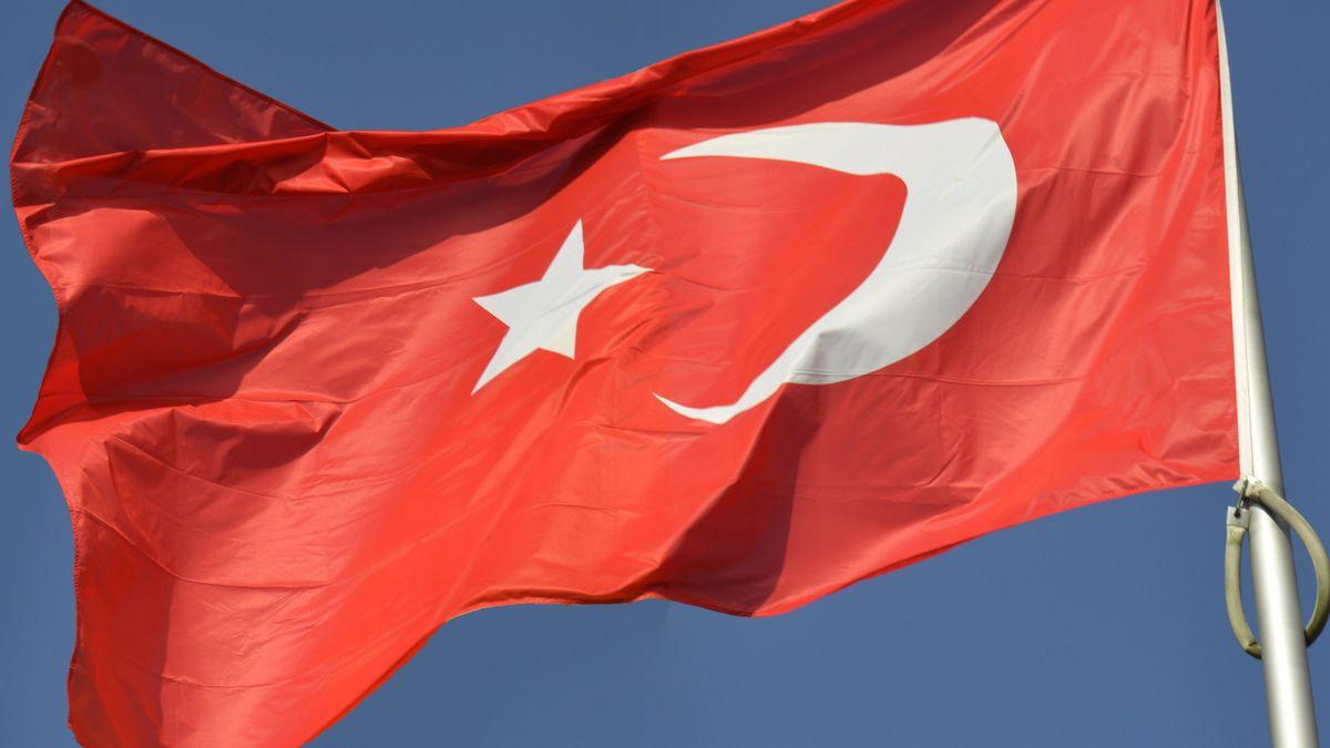 Türkische Flagge weht im Wind