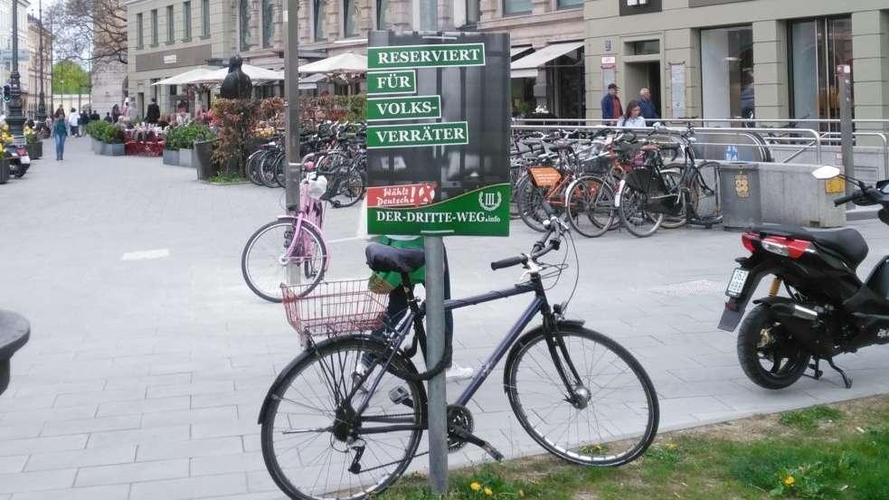 """Plakat der rechtsextremistischen Partei """"Der-Dritte-Weg"""" am Platz der Opfer des Nationalsozialismus in München"""
