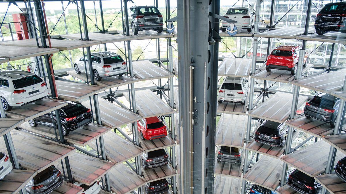 Volkswagen Neuwagen stehen in einem Autoturm in der Autostadt Wolfsburg.