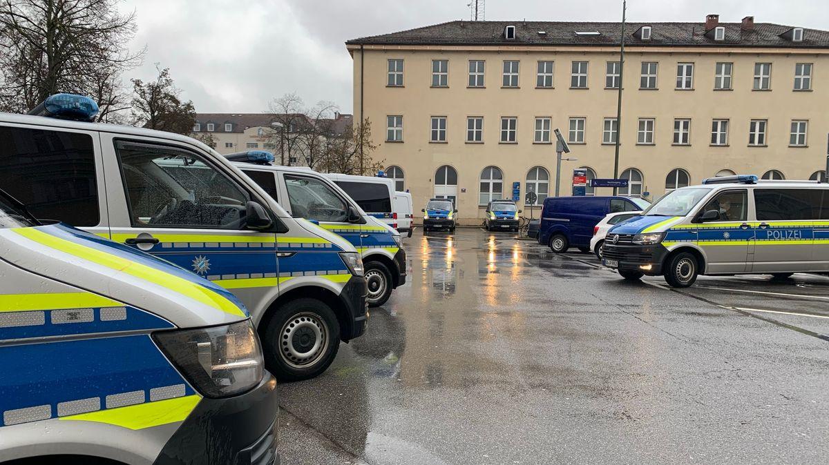Mehrere Polizeiautos am Hauptbahnhof in Regensburg