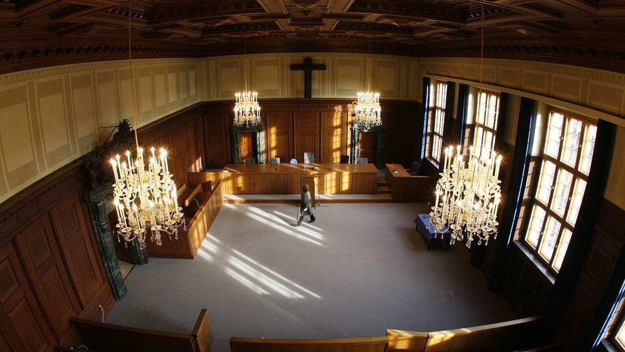 Blick von oben in den Saal 600 im Nürnberger Justizgebäude