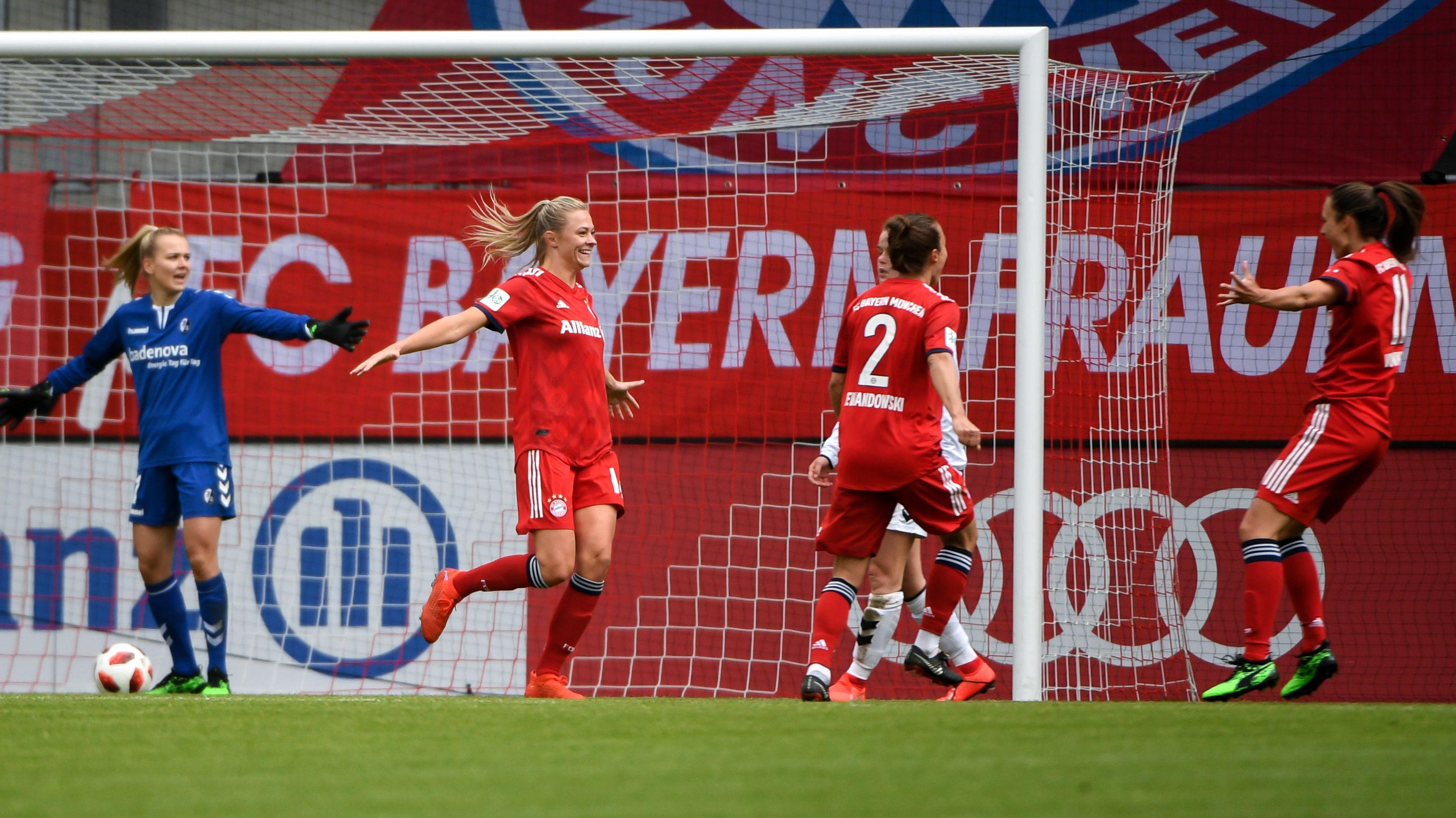 FC-Bayern-Frauen bejubeln ein Tor gegen Freiburg