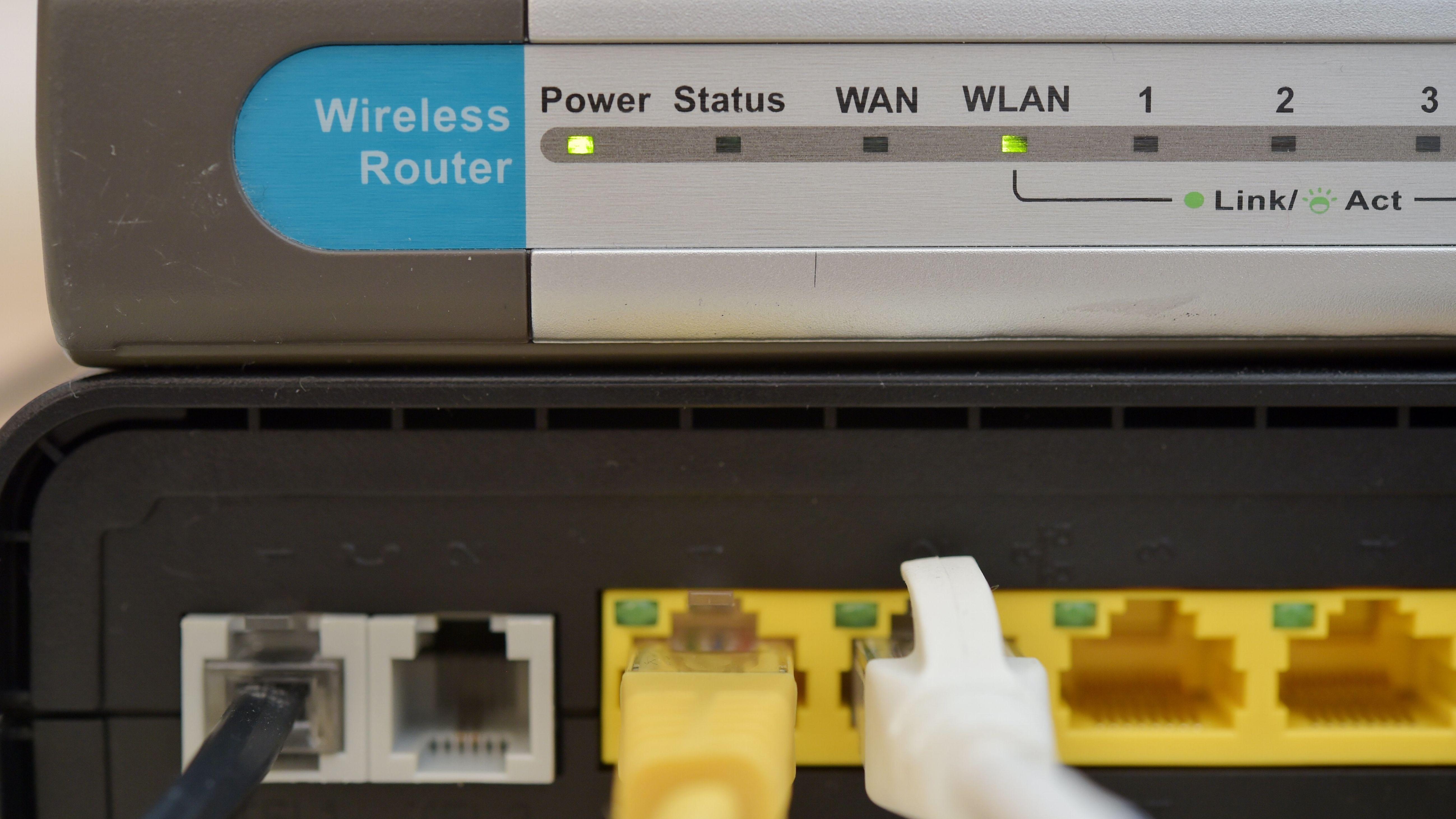 Routerlämpchen und im Router eingesteckte LAN-Kabel