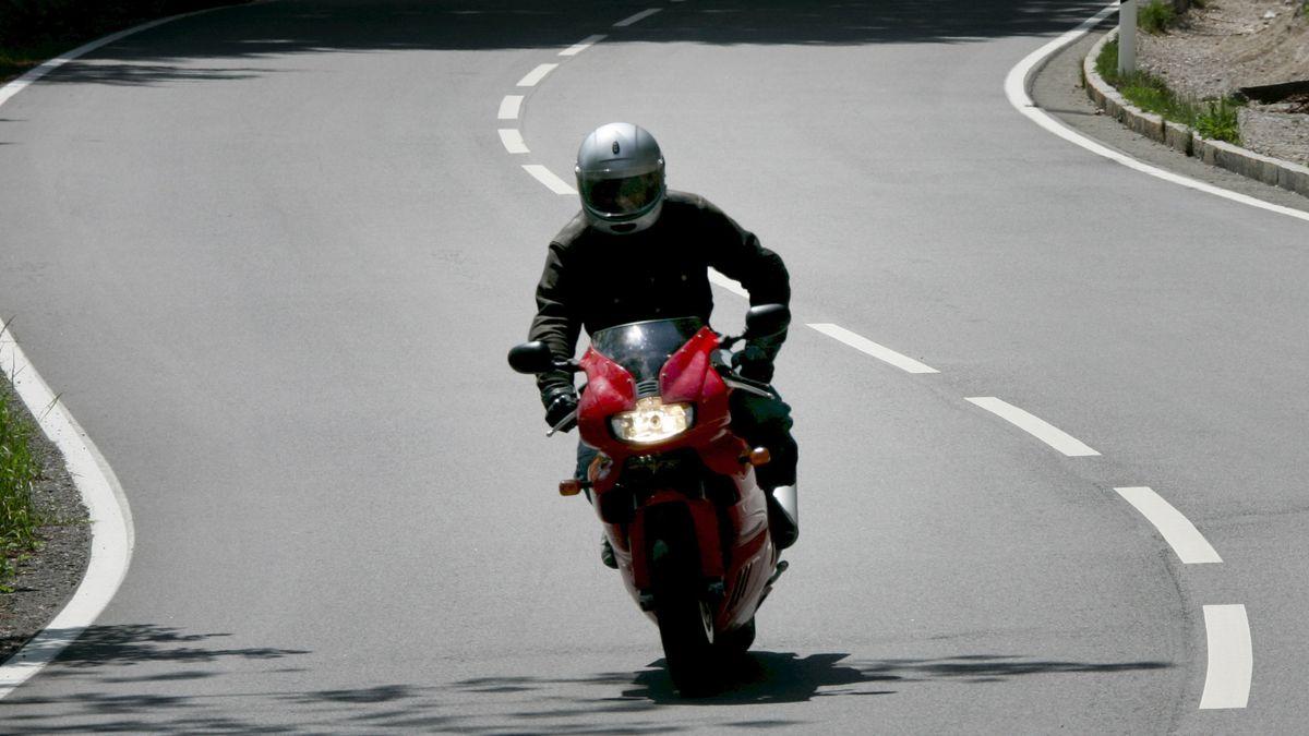 Motorradfahrer am Kesselberg bei Kochel