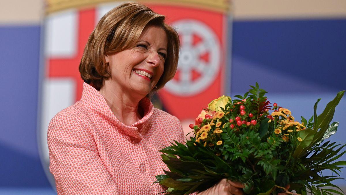 Die wiedergewählte Ministerpräsidentin von Rheinland-Pfalz, Malu Dreyer (SPD), mit Blumenstrauß