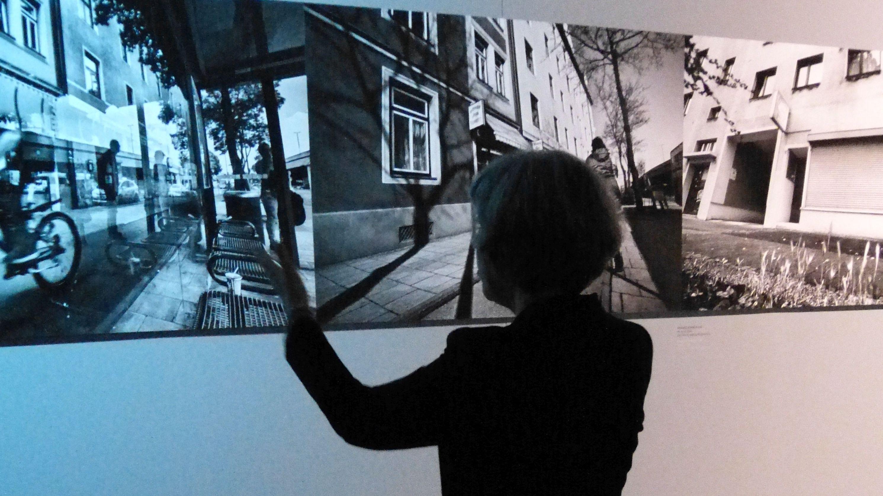 Foto-Künstlerin Regina Schmeken vor ihren Bildern