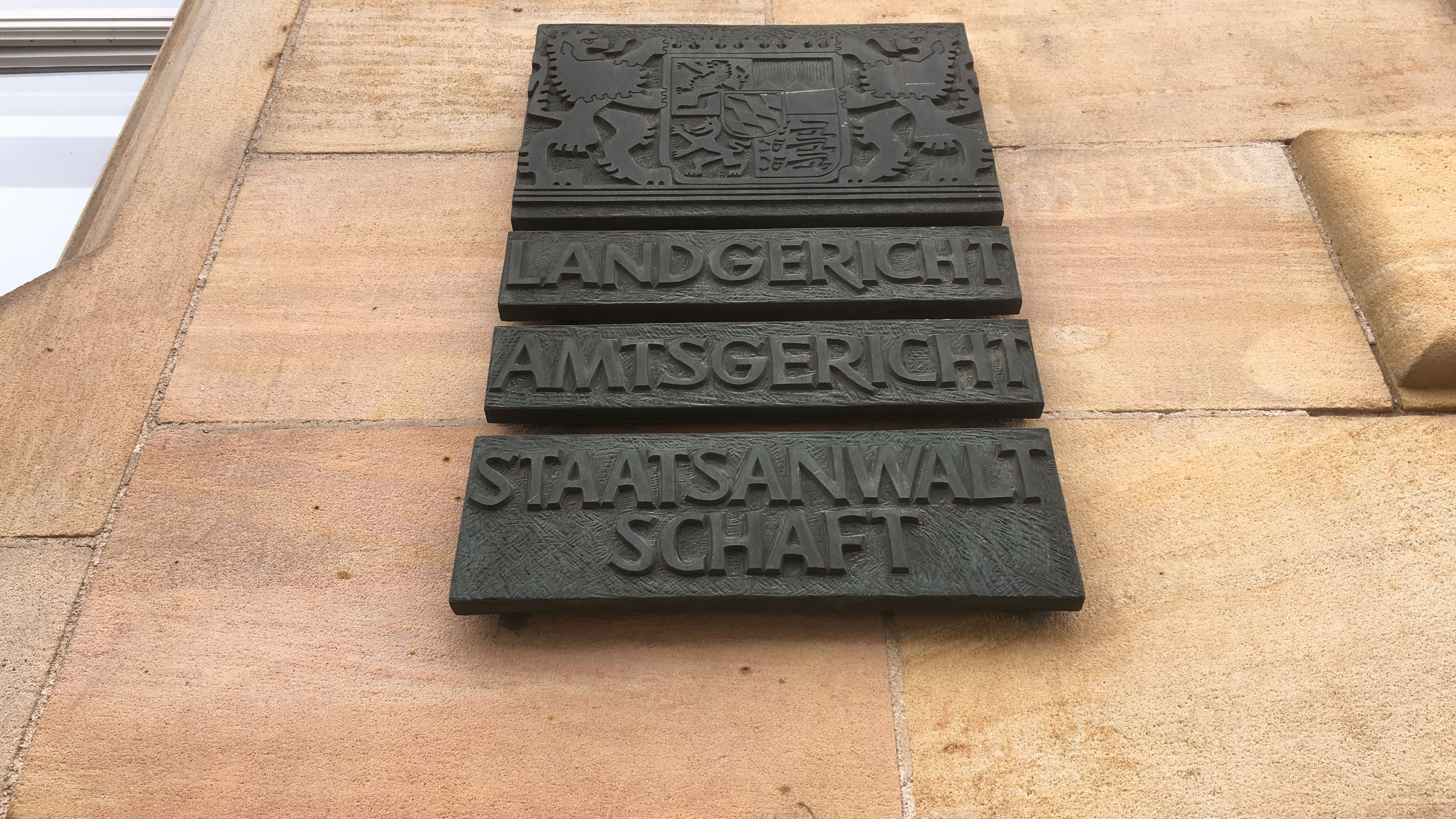 Tafel am Regensburger Gerichtsgebäude