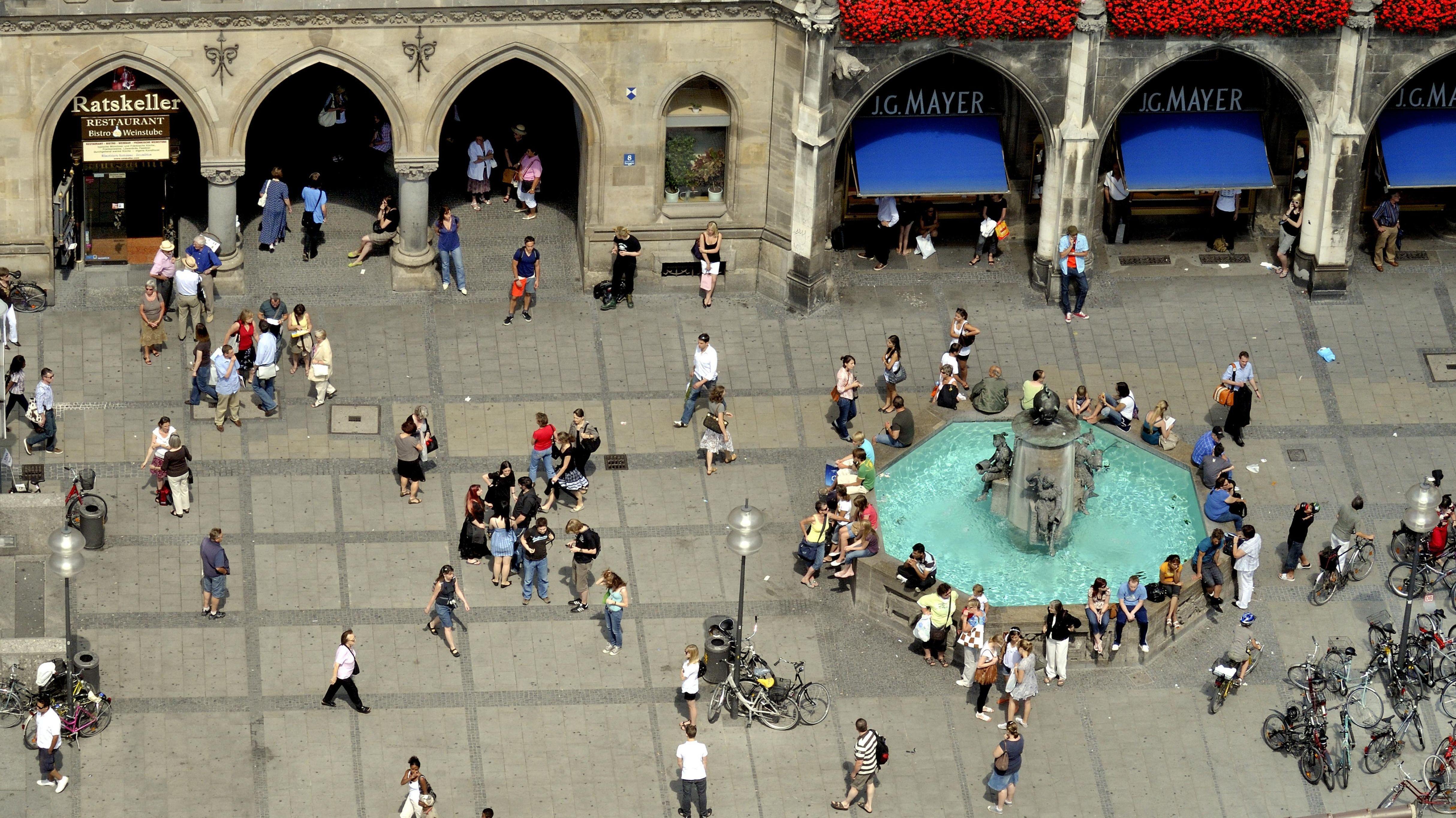 Menschen am Münchner Marienplatz