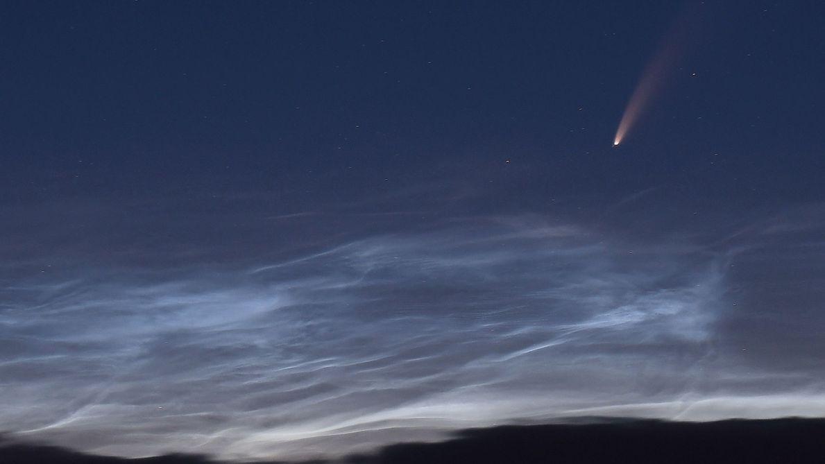 Komet Neowise und leuchtende Nachtwolken