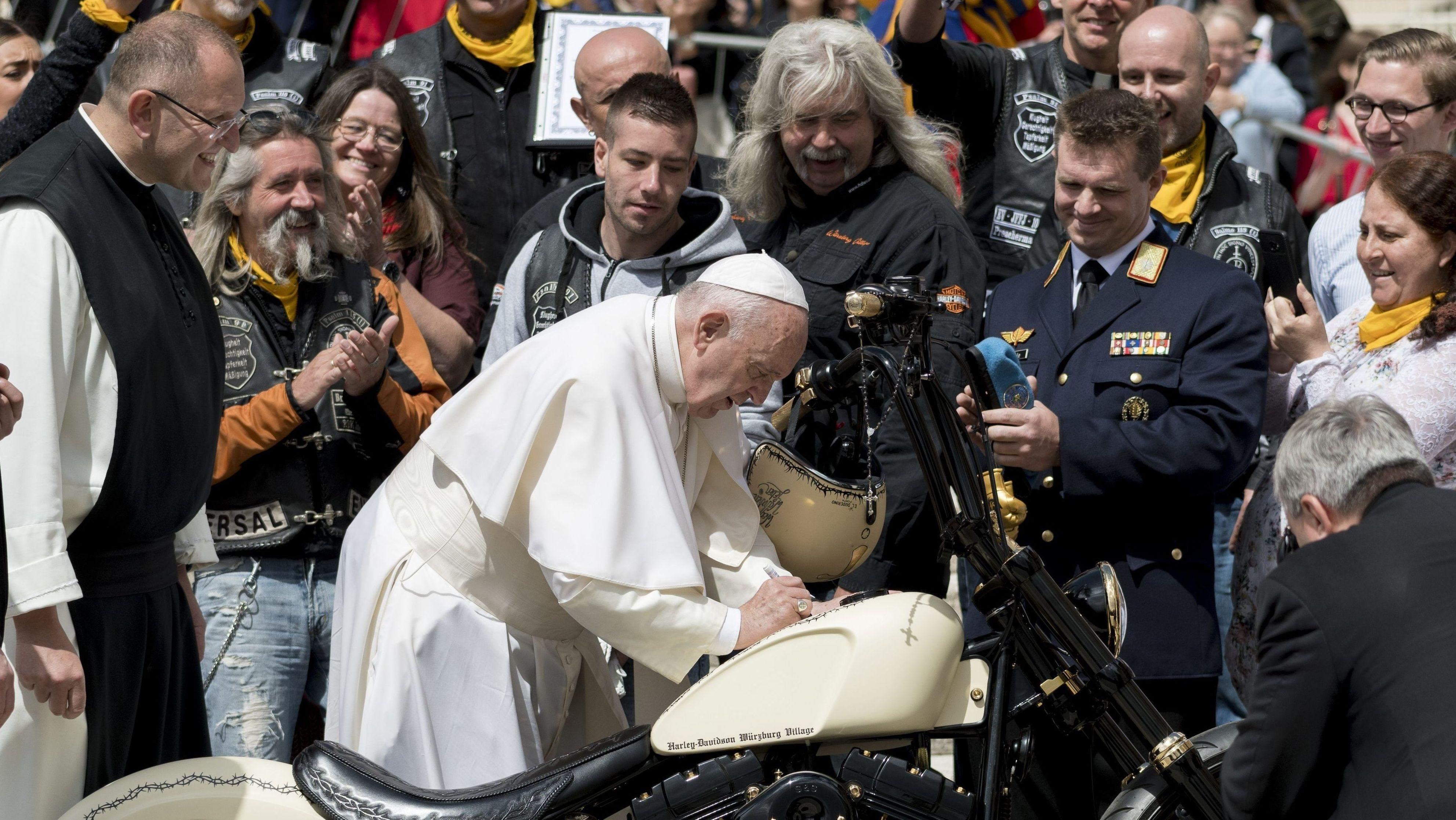 """Papst Franziskus signiert die Harley der """"Jesus-Biker"""" vom Untermain"""