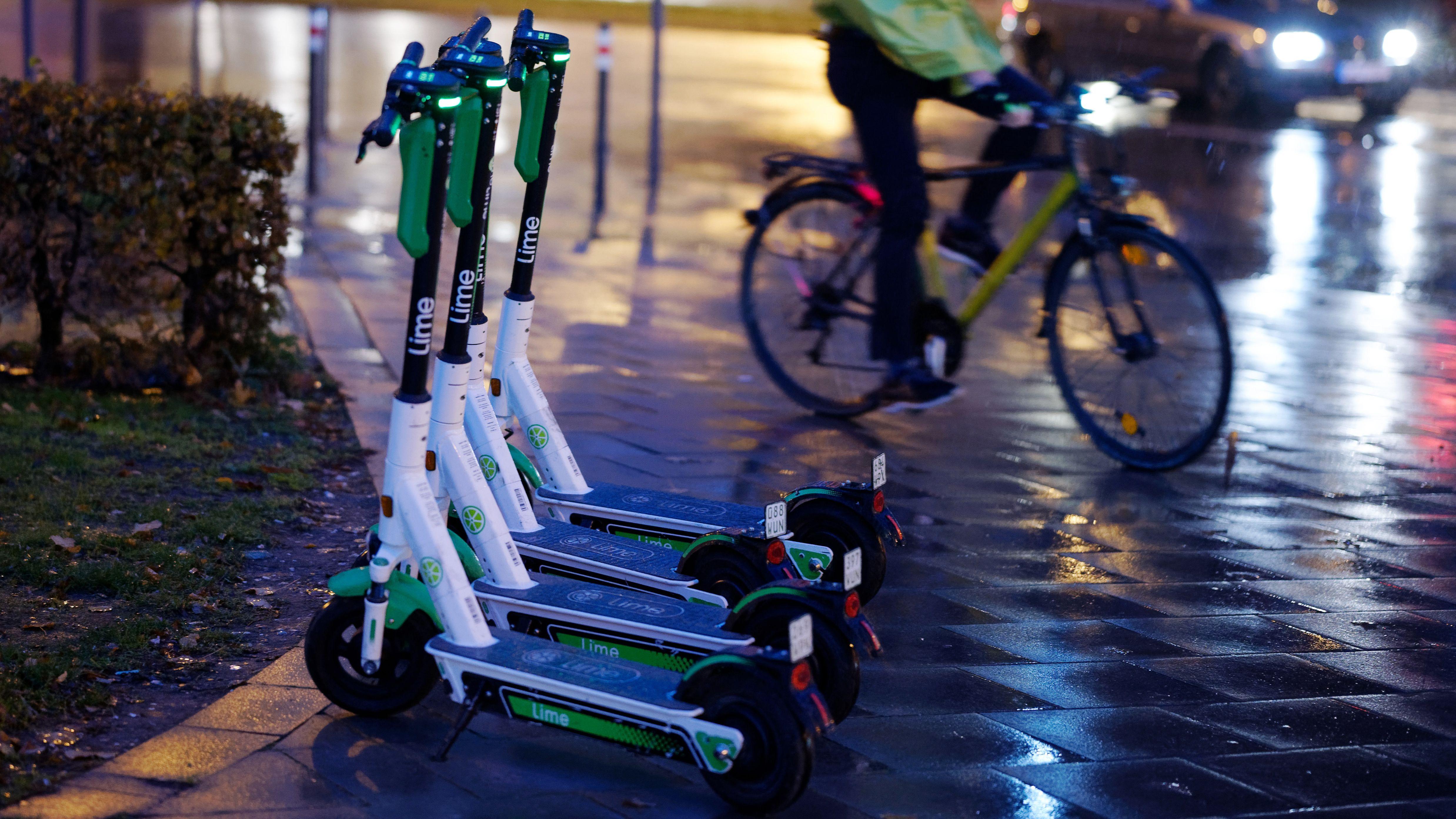 E-Scooter auf einem naßen Weg.