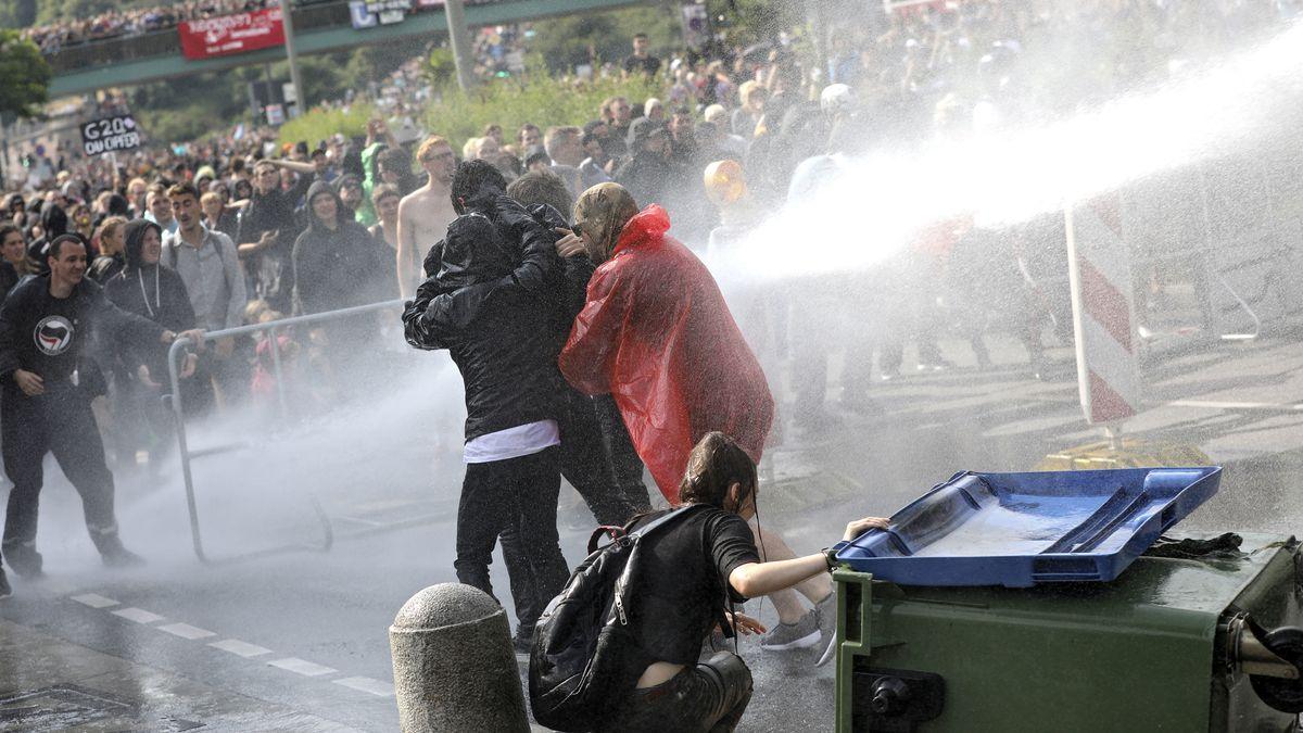 Schon extremistisch oder noch radikal? Polizei setzt Wasserwerfer gegen Anti-G20-Demonstranten während des G20-Gipfel in Hamburg 2017 ein.