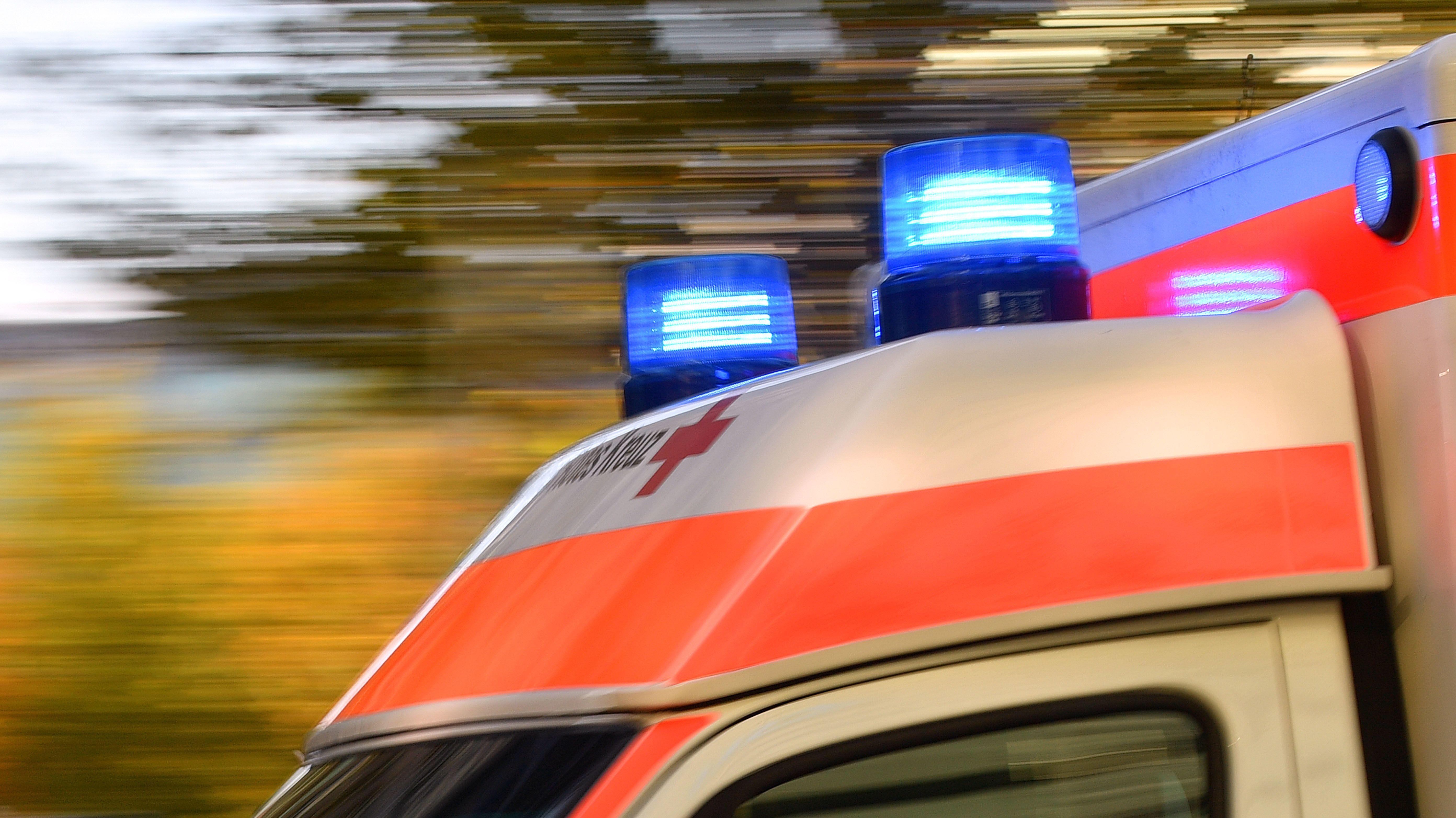 Ein Rettungswagen ist mit Blaulicht unterwegs