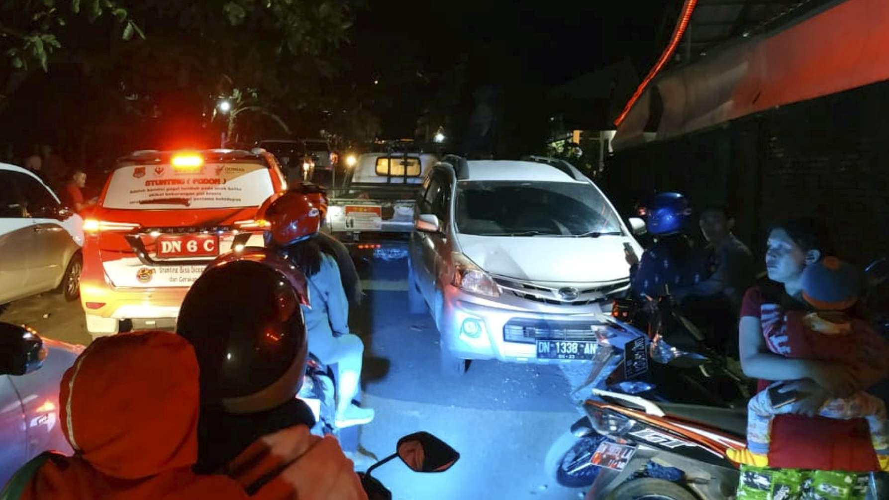 Indonesien: Autofahrer in Luwuk im Stau, während Menschen Schutz vor dem Erdbeben in höheren Lagen suchen.