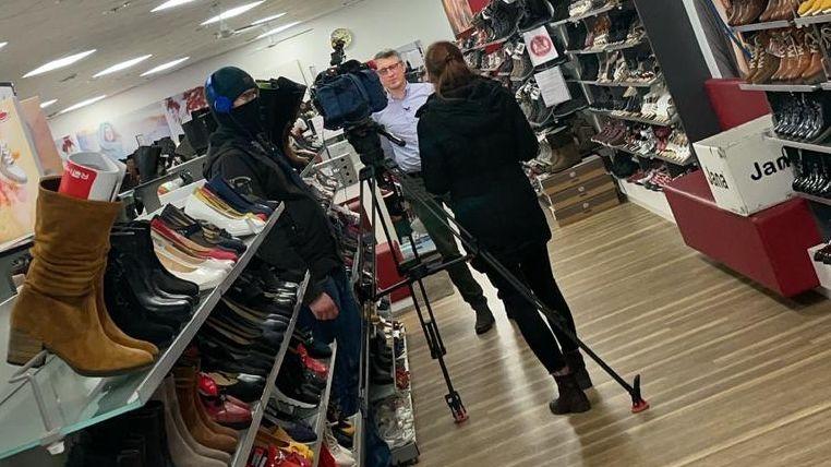Schuhhändler Peter Ludwig in seinem Laden.