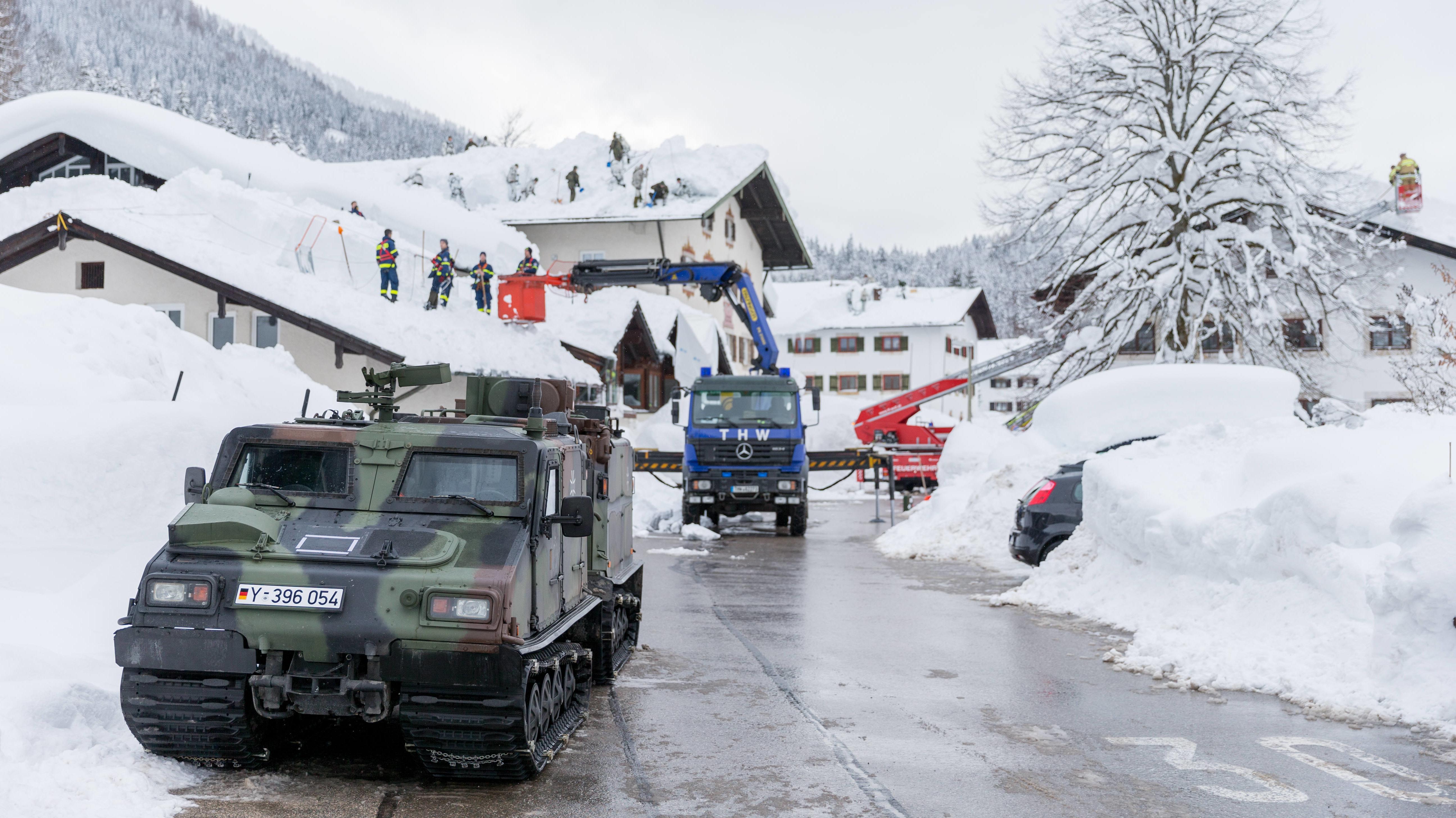 Einsatzteams der Gebirgsjägerbrigade 23, des Technischen Hilfswerks und der Feuerwehr räumen Schnee von Hausdächern im Berchtesgadener Land.