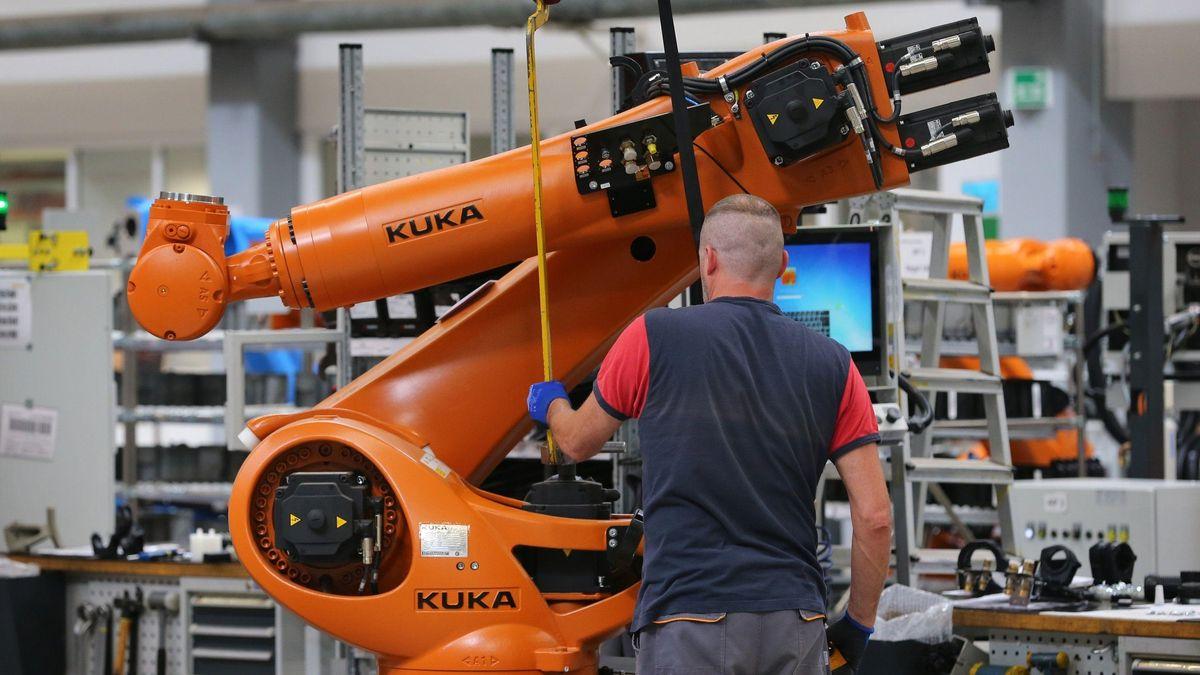 In einer Fertigungshalle des Augsburger Unternehmens ist ein Kuka-Mitarbeiter bei der Montage.