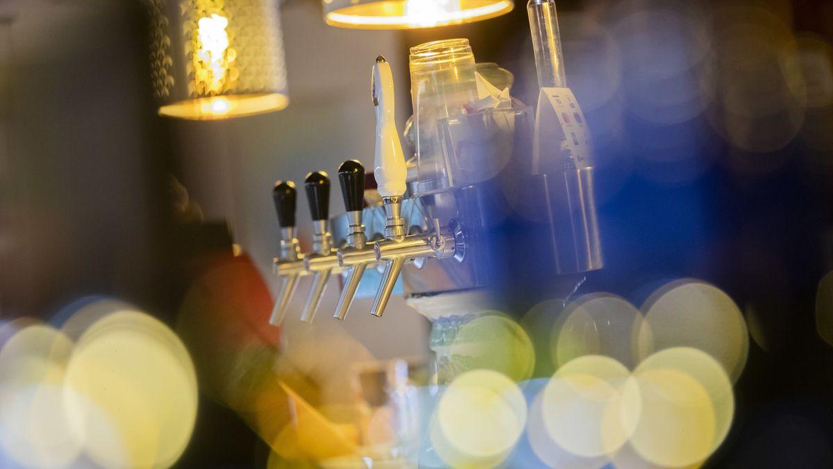 Symbolbild: Zapfhähne in einer Bar