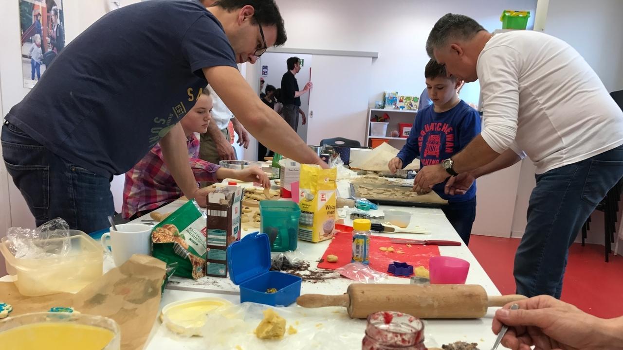 Väter und Kinder im Papaladen Augsburg beim Plätzchen backen