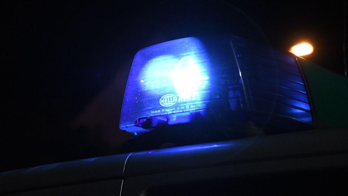 Blaulicht auf einem Polizeifahrzeug (Archivbild)