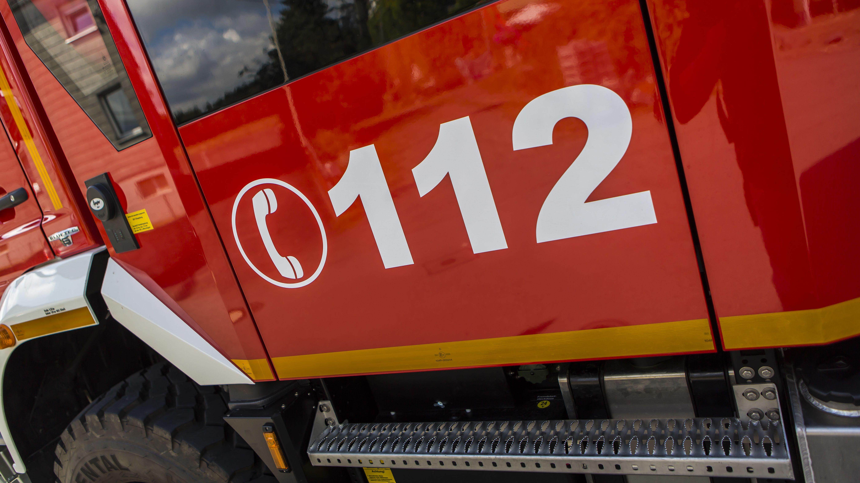 Ein Feuerwehrauto mit der Aufschrift 112 (Symbolbild)