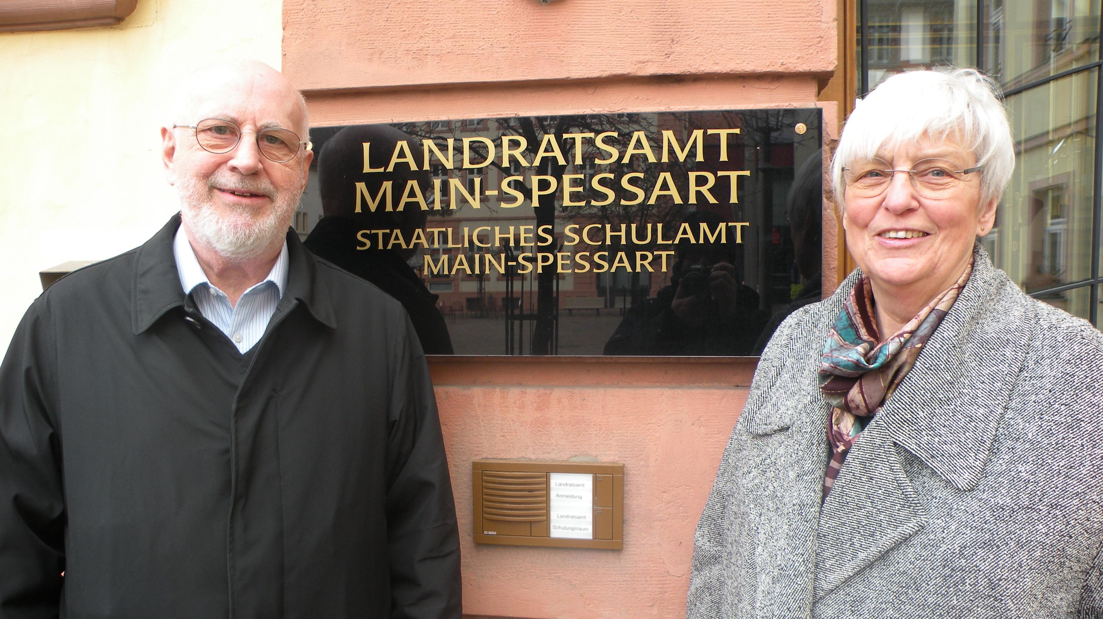 Ehepaar Sims vor dem Landratsamt Main-Spessart