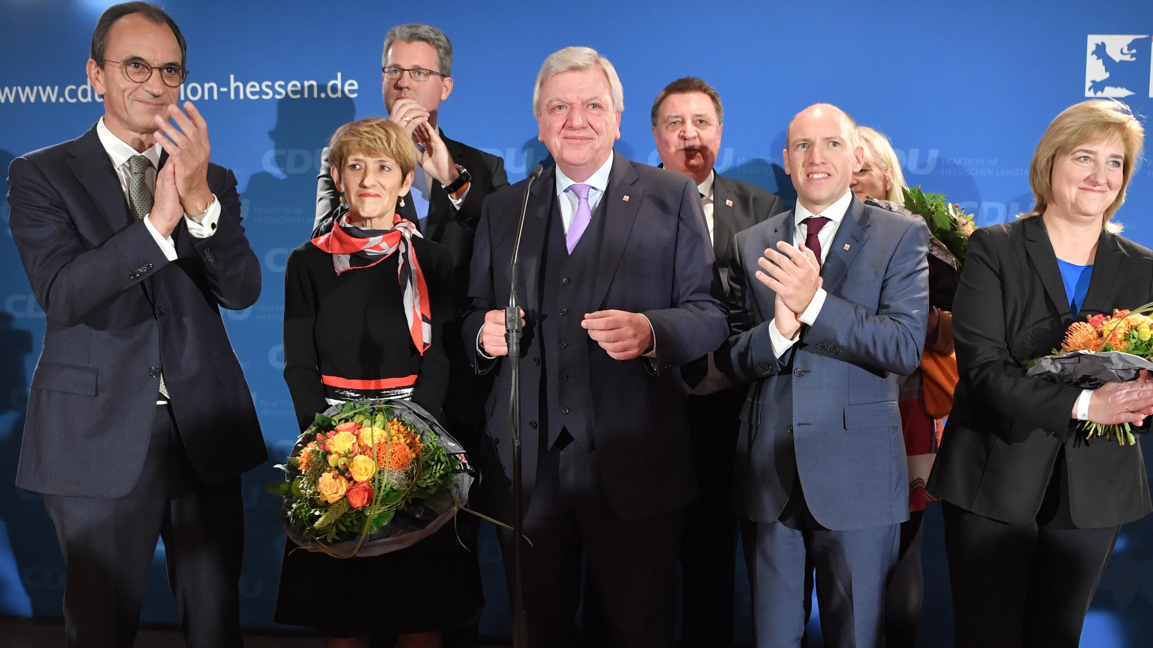 Volker Bouffier (CDU, M), Ministerpräsident von Hessen, steht im Landtag von Hessen neben seiner Ehefrau Ursula (2.v.l) und Michael Boddenberg (l), Fraktionsvorsitzender, vor den Anhängern der CDU auf der Bühne.